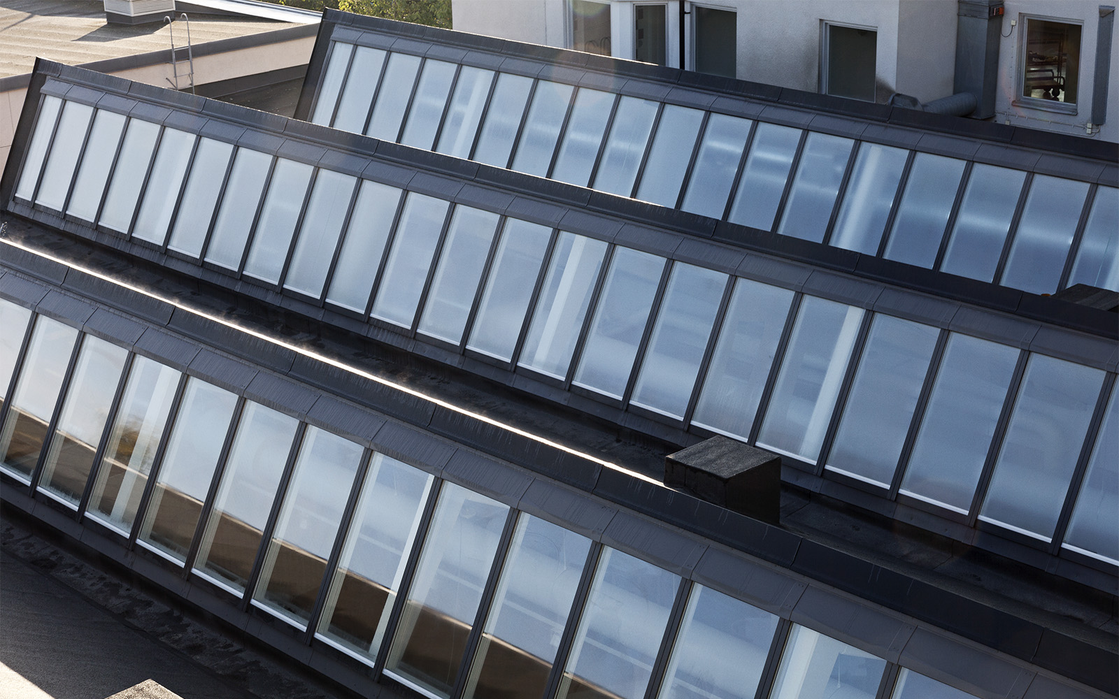 Takfönster åt norr och sågtandat tak på Sågbäcksgymnasiet