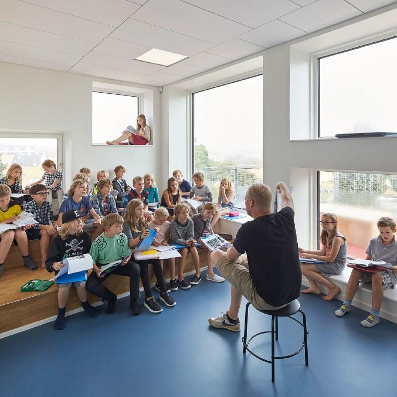 Klassrum med modern möblering fyllt av naturligt ljus
